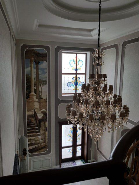 Витраж в холле в окне