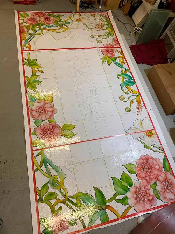 Результат изготовления витража техникой росписи по стеклу эмалью с обжигом в печи